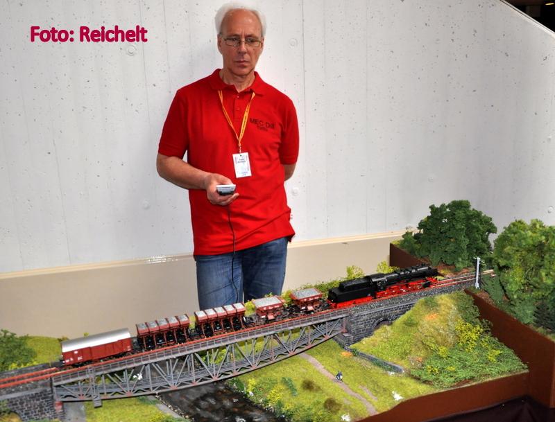 EM 18 Herr Schwarze vor neuen Segmenten der Westerwaldquerbahn